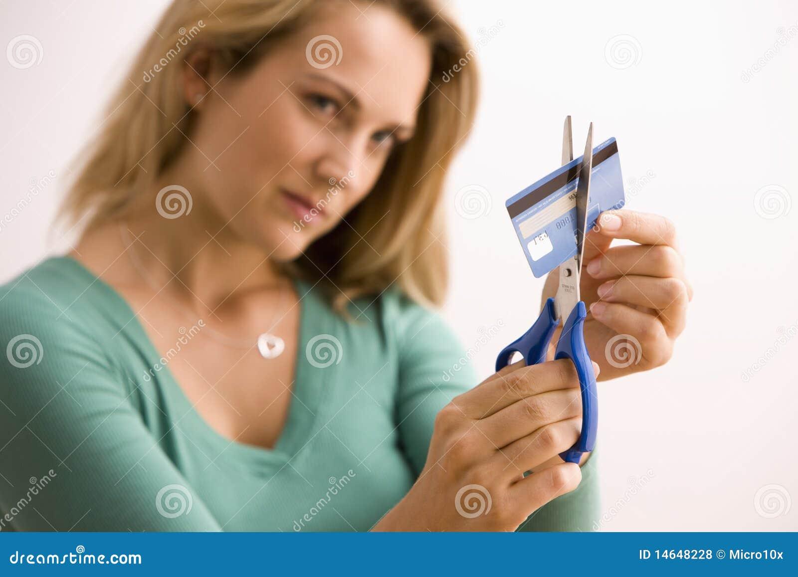 Frau, die oben Kreditkarte schneidet