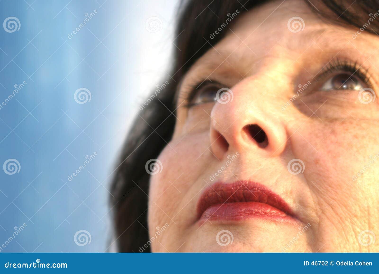 Frau, die oben schaut