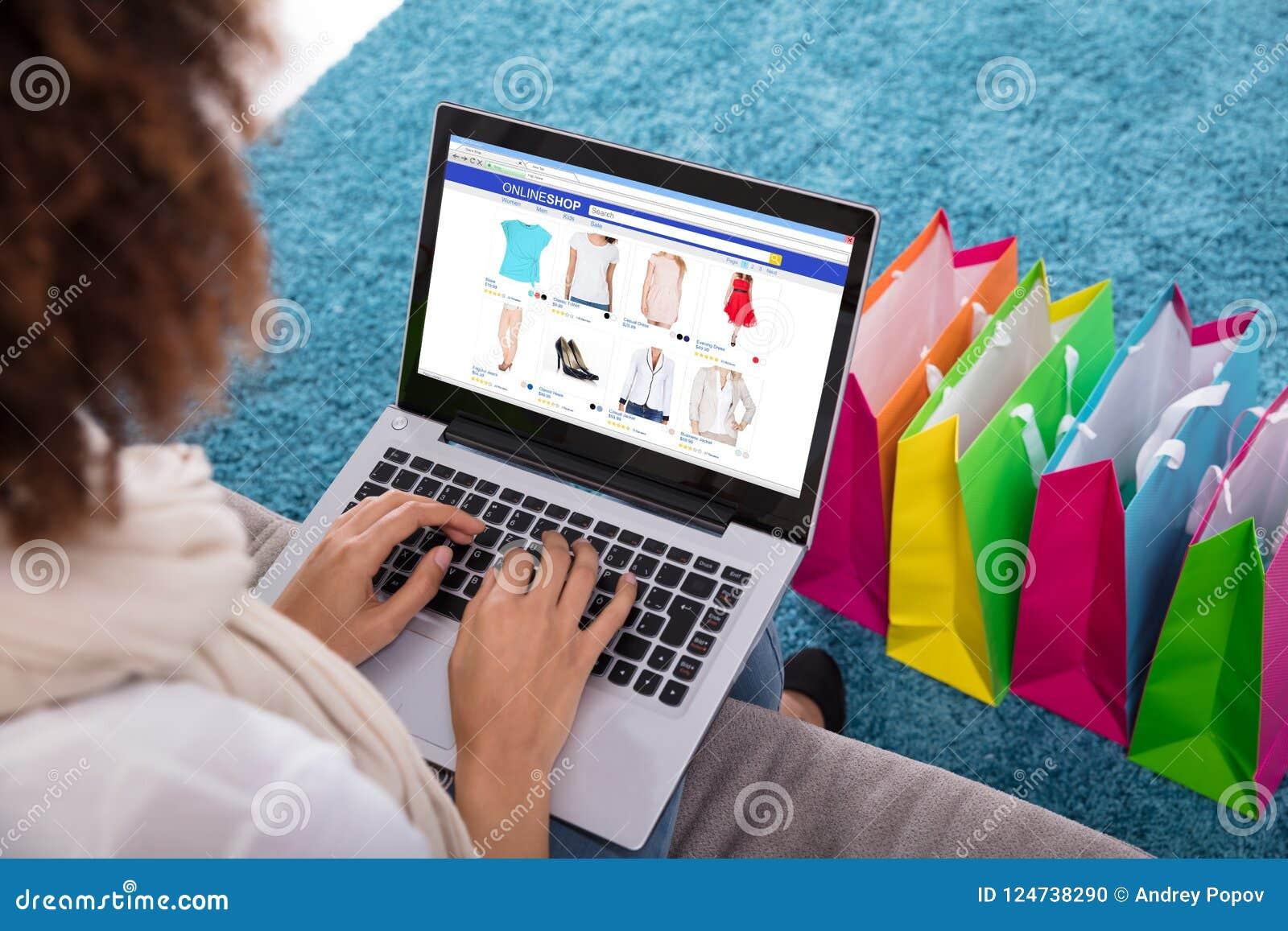 Frau, die online auf Laptop kauft