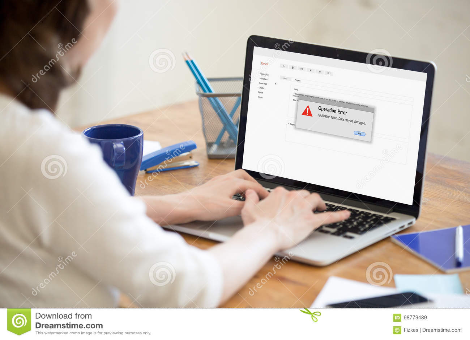 Frau, die Problem mit Computer, Anwendung verlassen, operatio hat