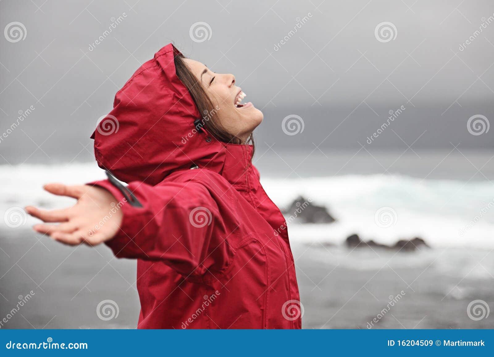 Frau, die Regenwetter genießt