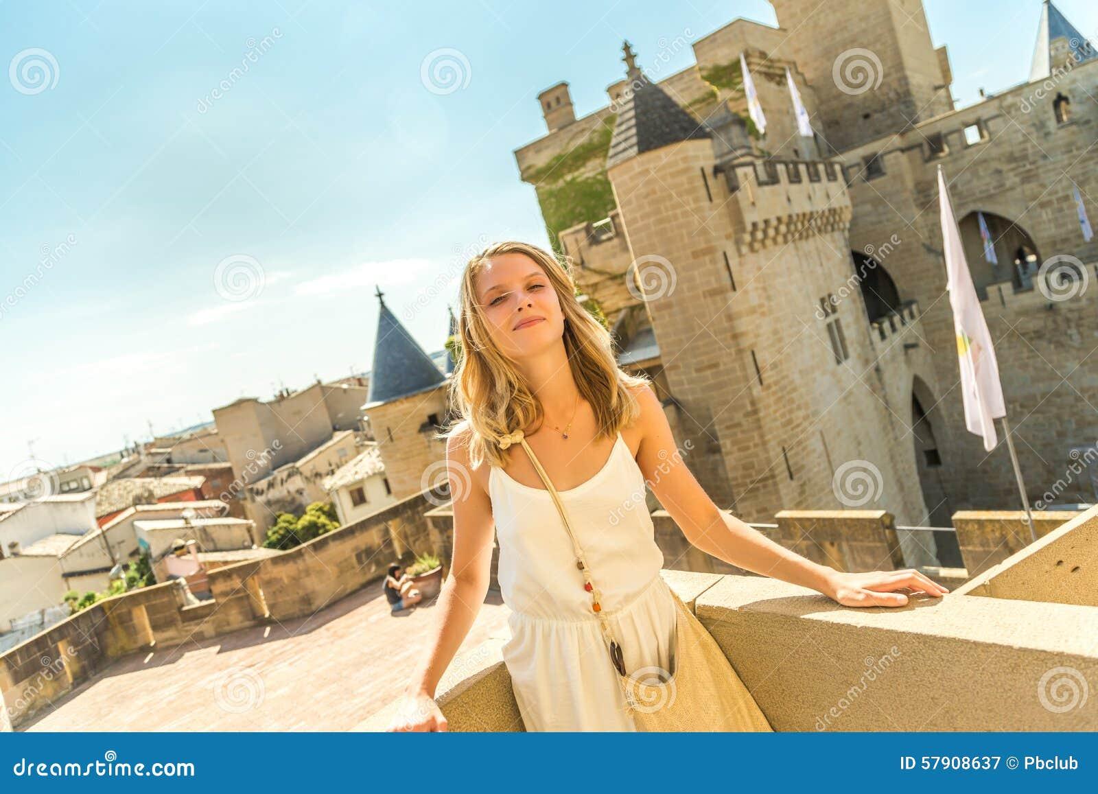 Frau, die am Schloss aufwirft