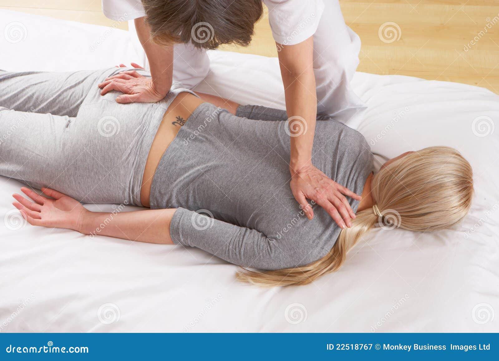 Frau, die Shiatsu Massage hat