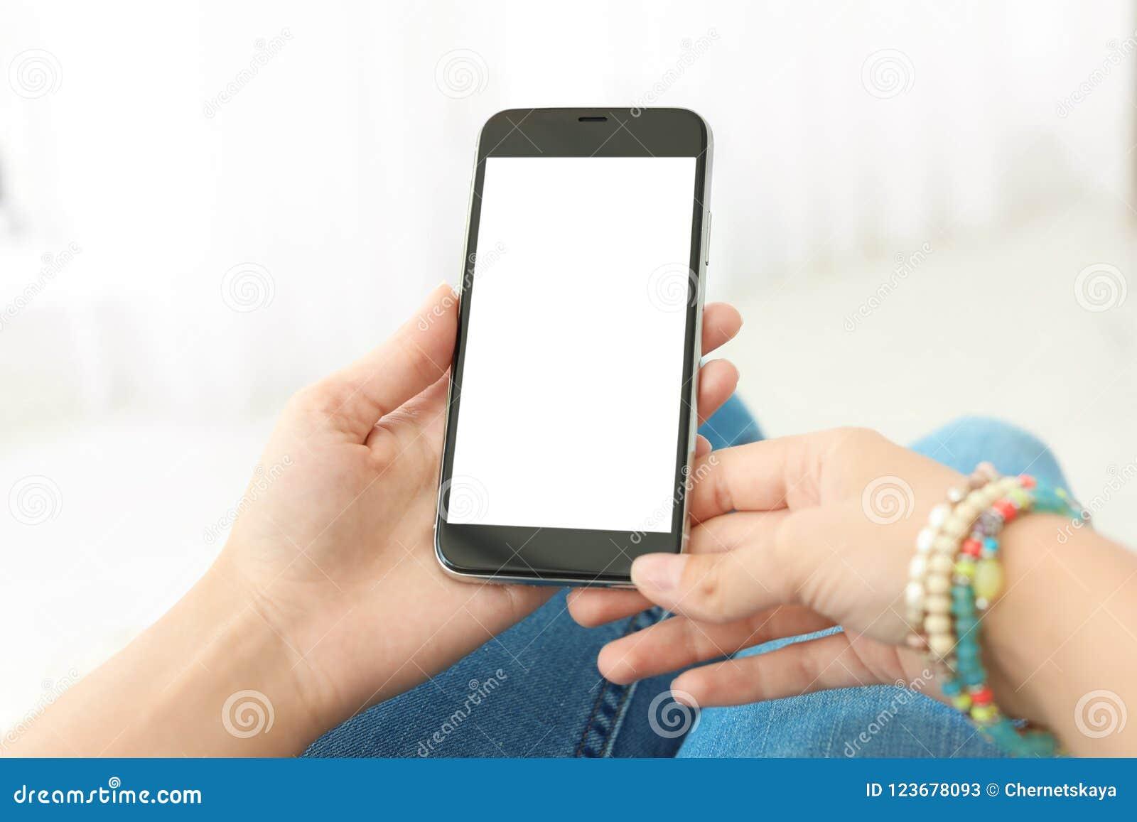 Frau, die Smartphone mit leerem Bildschirm hält