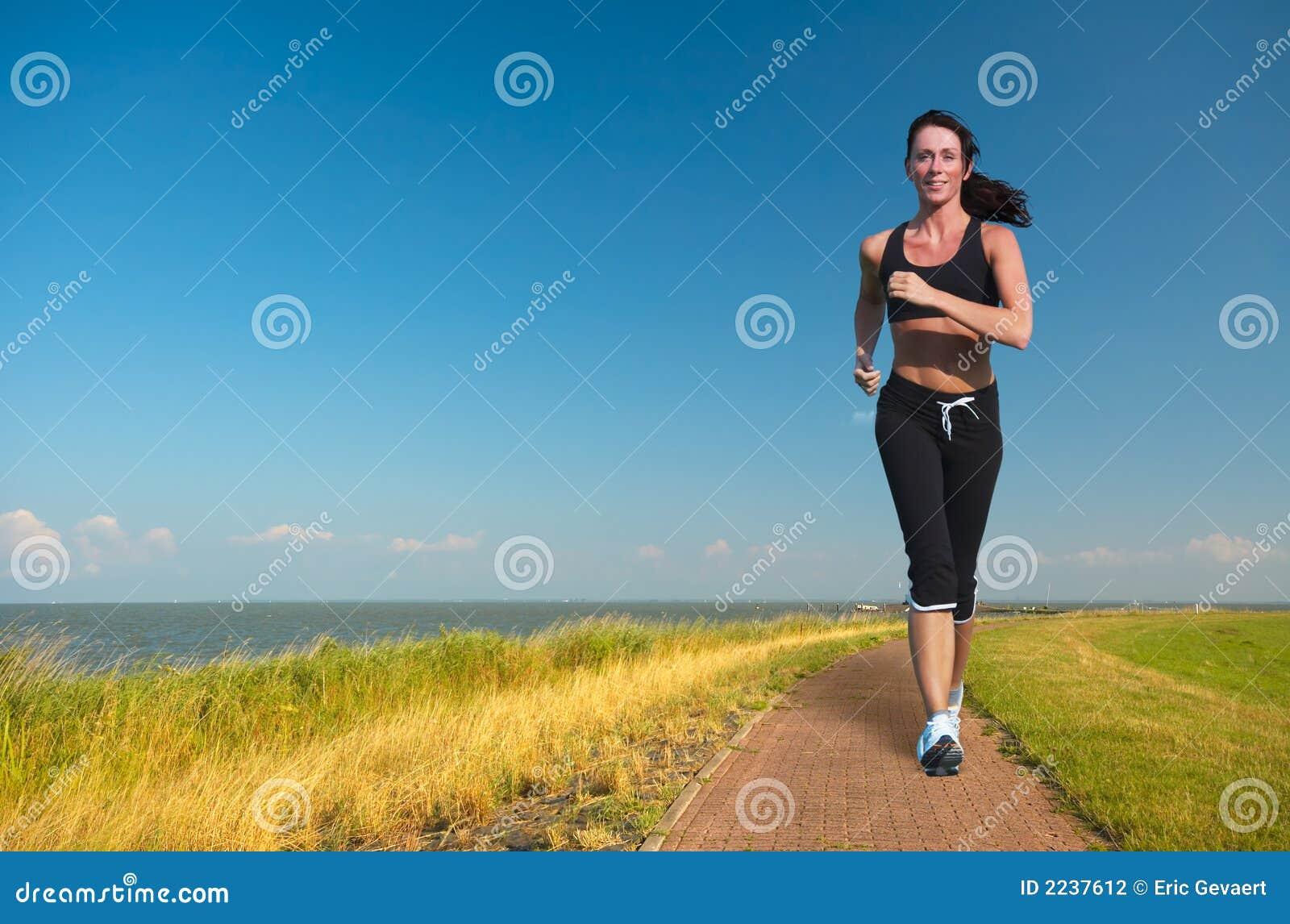 Frau, die in Sommer läuft