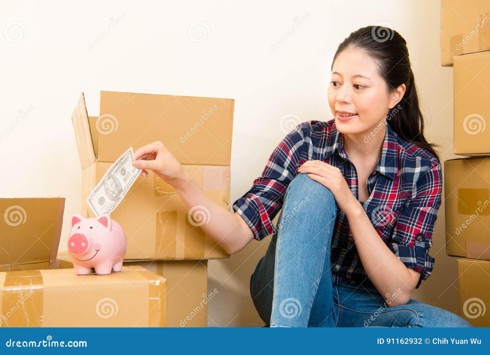 Frau, die Sparschwein nach der Rettung sucht