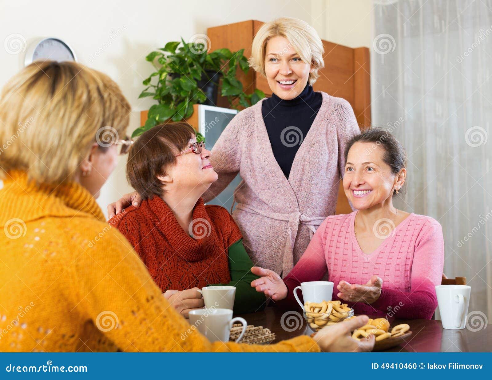 Download Frau, die Tasse Tee isst stockfoto. Bild von kaukasisch - 49410460