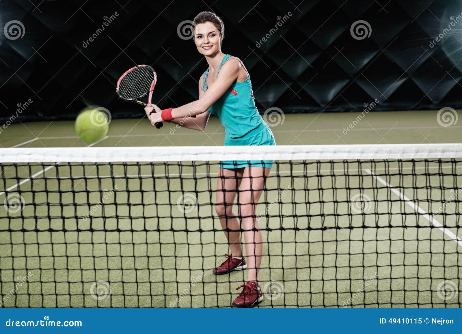 Download Frau, die Tennis spielt stockbild. Bild von übung, meisterschaft - 49410115