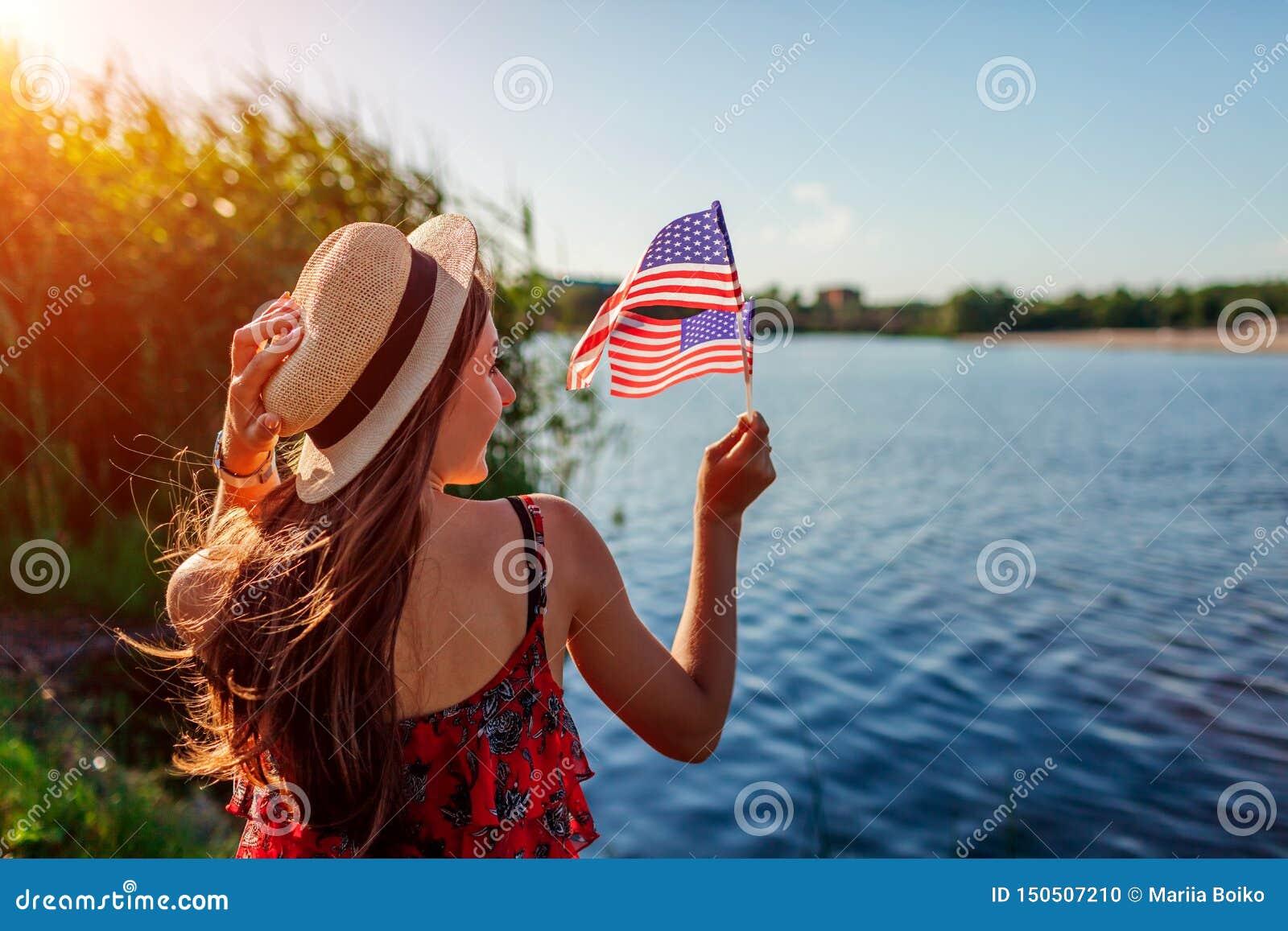 Frau, die USA-Flagge h?lt Feiern des Unabh?ngigkeitstags von Amerika