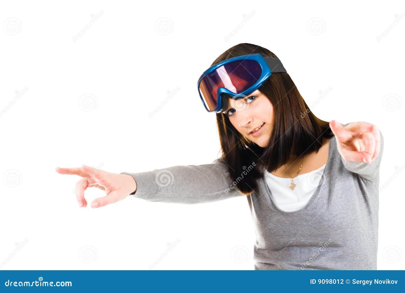 Frau, die vortäuscht, Skifahrer zu sein