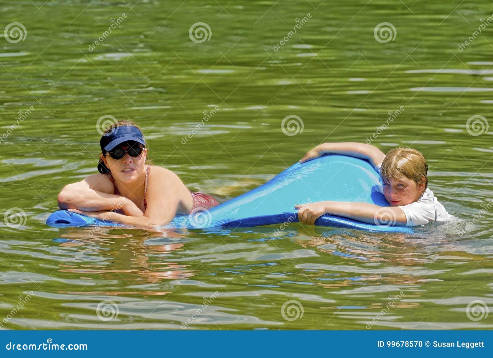 Frau, die in Wasser schwimmt