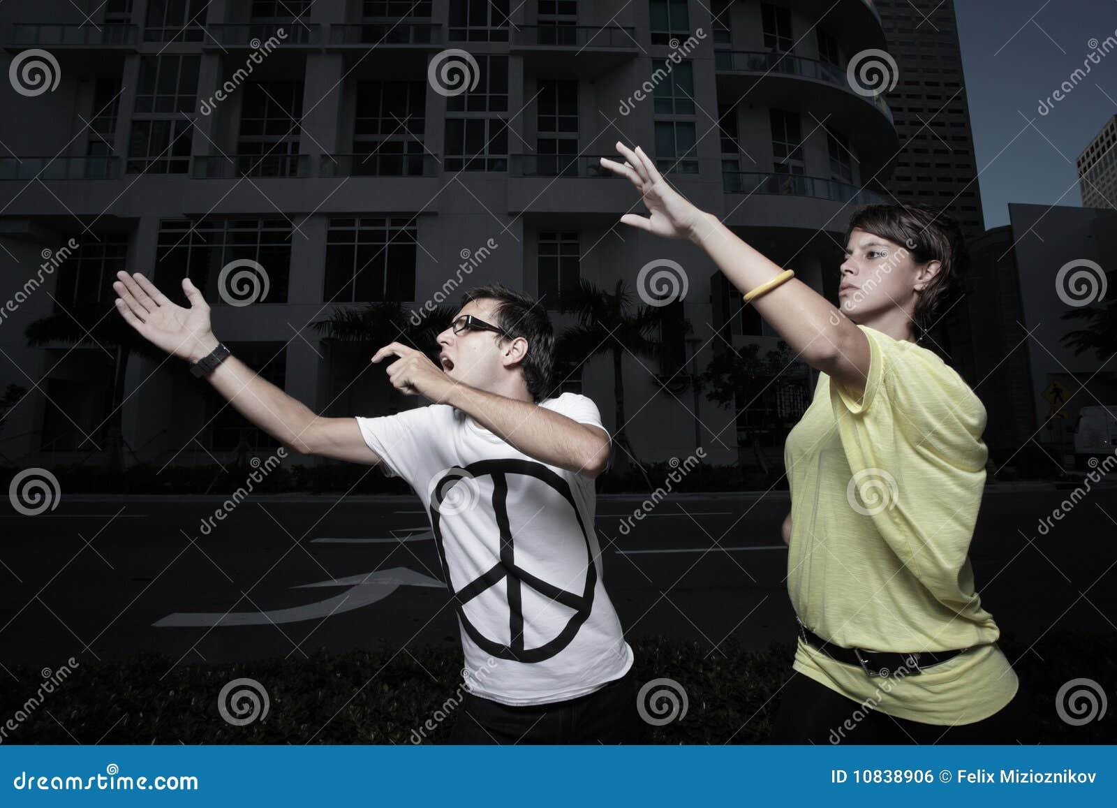 Frau Die Weg Ihren Verlobungsring Wirft Stockfoto Bild Von Dame