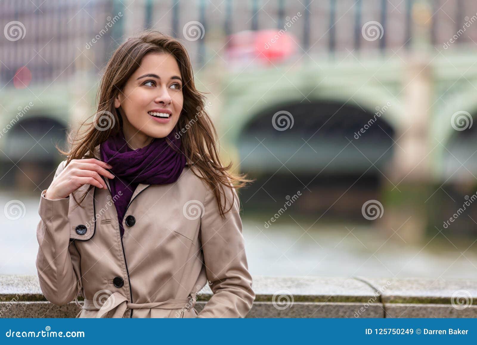 Frau durch Westminster-Brücke, London, England
