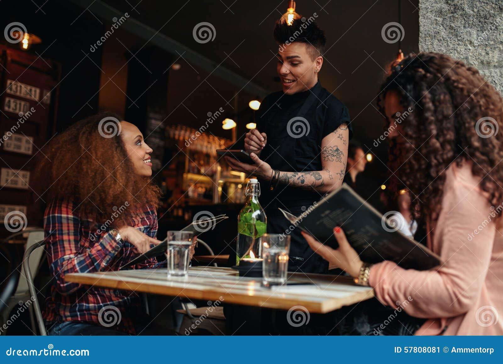 c0dd6e114abe04 Junge Frauen mit einem Freund
