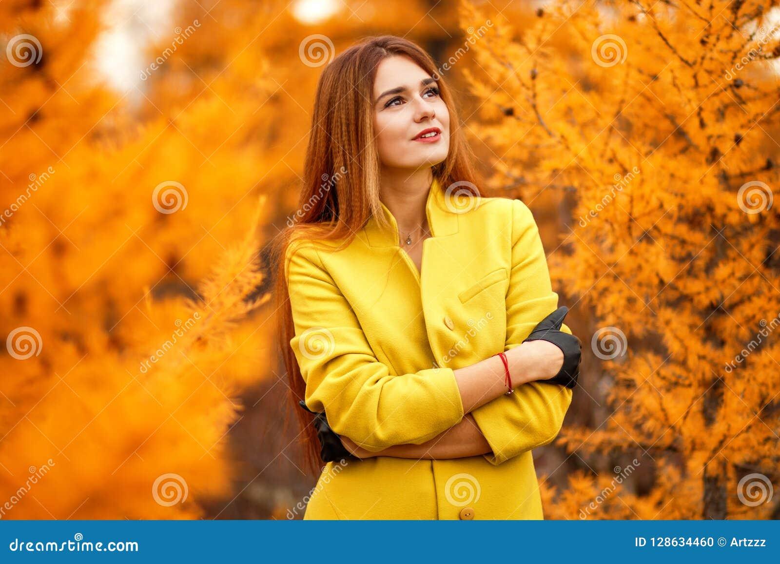Frau in einem Herbstwald