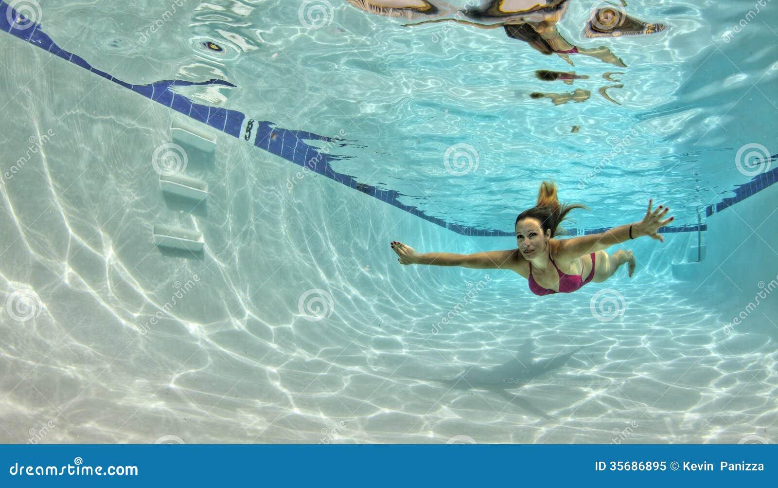 Frau unter Wasser im Bikini