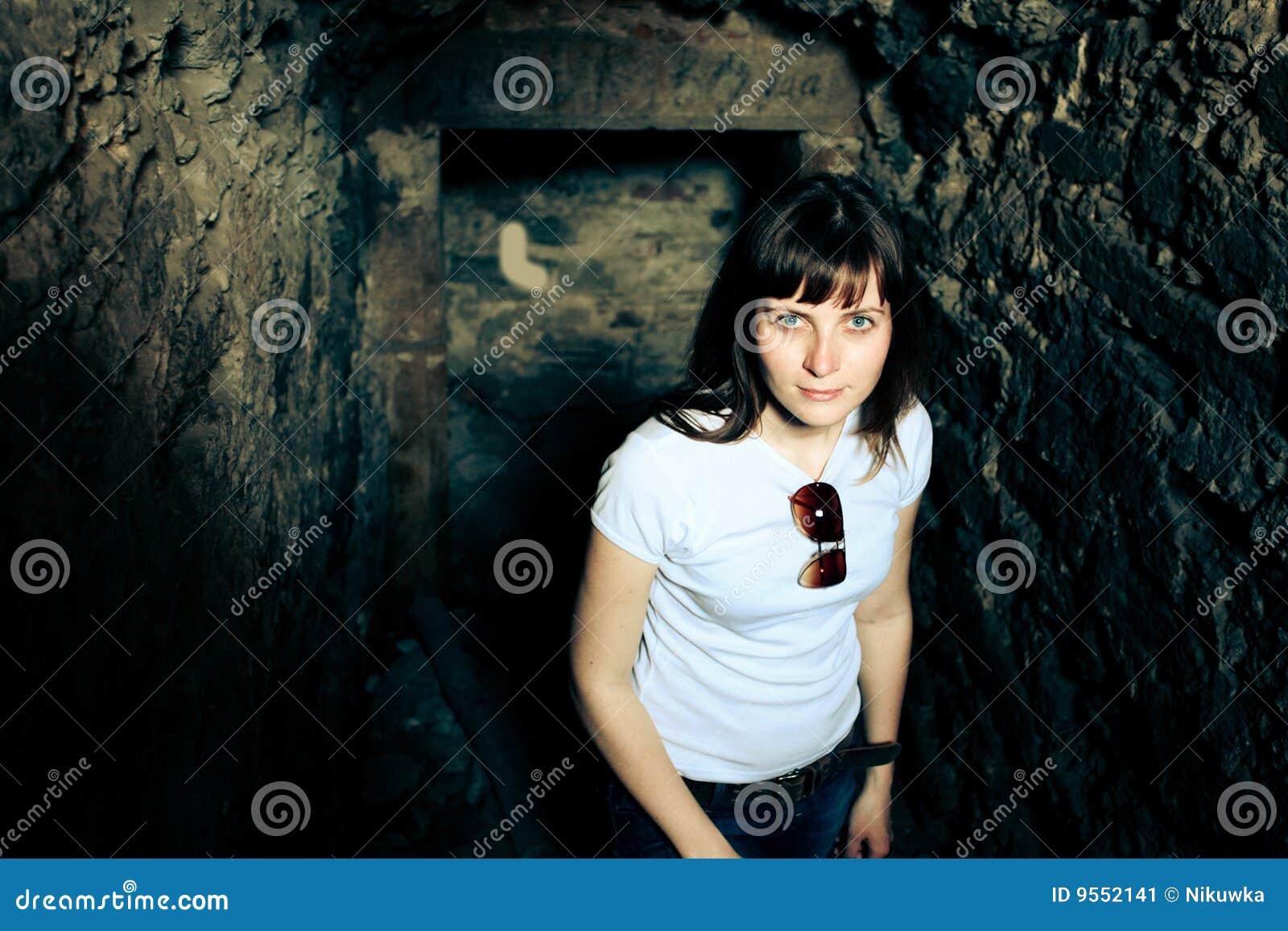 Frau in einer Höhle