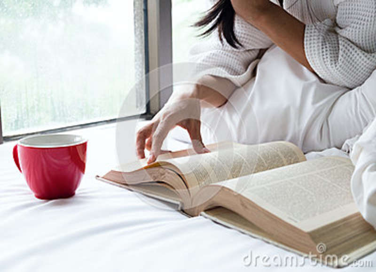 Frau entspannen sich und Lesung auf dem Bett mit altem Buch