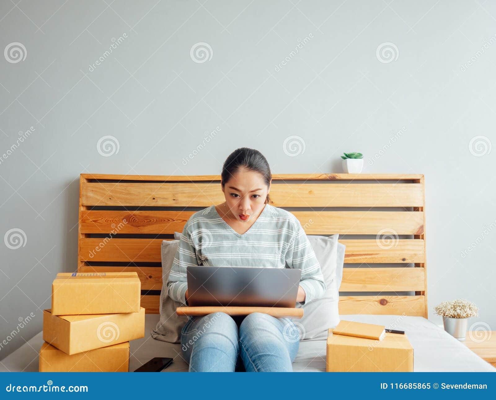 Frau fühlt sich mit ihren on-line-Geschäftsverkäufen glücklich Konzept O