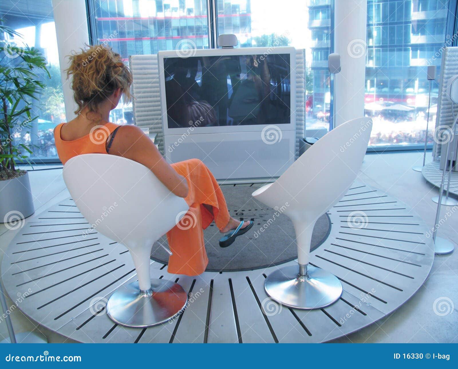 Frau Fernsehapparatüberwachen