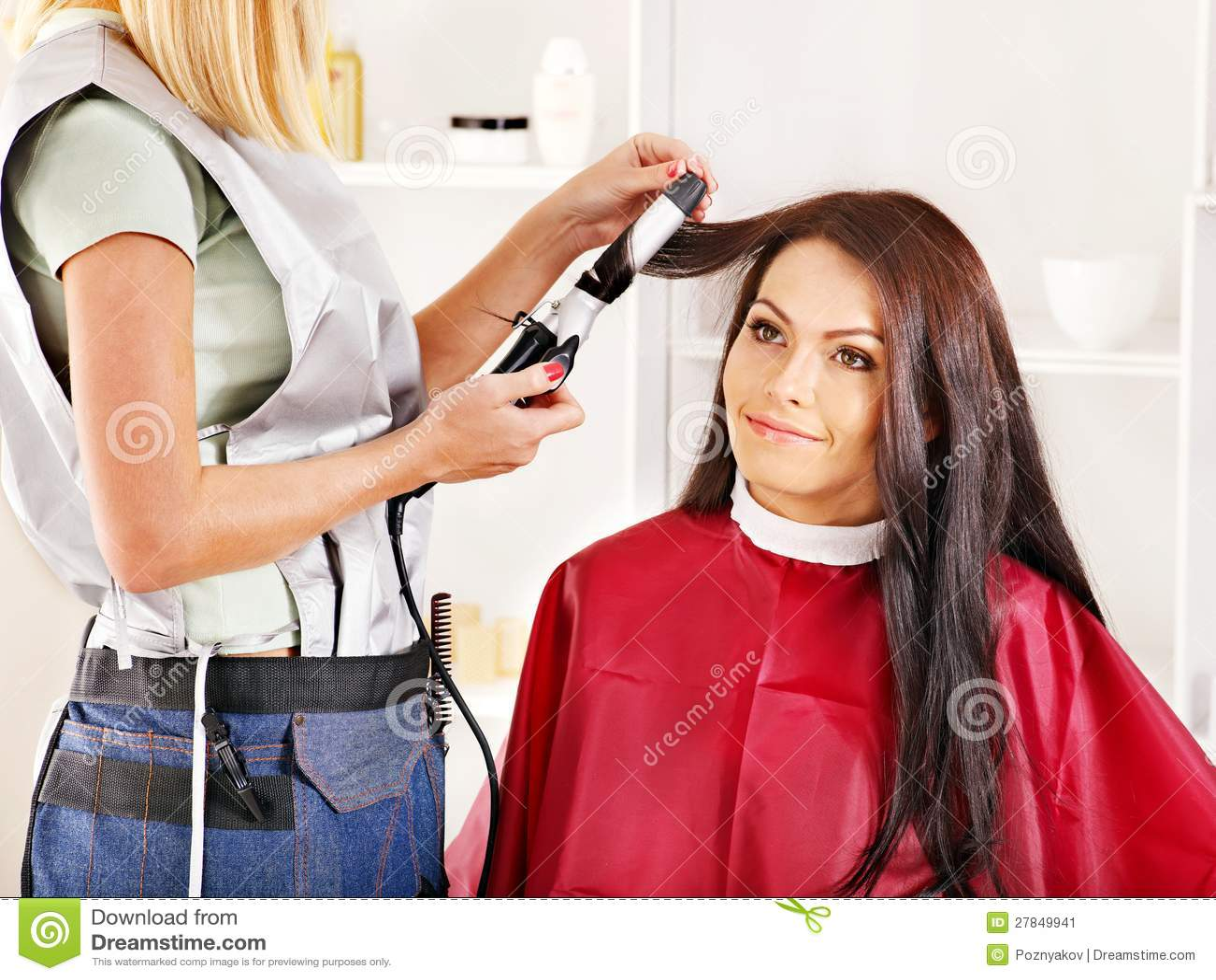 Frau am Friseur. stockbild. Bild von haarschnitt, kamm - 27849941