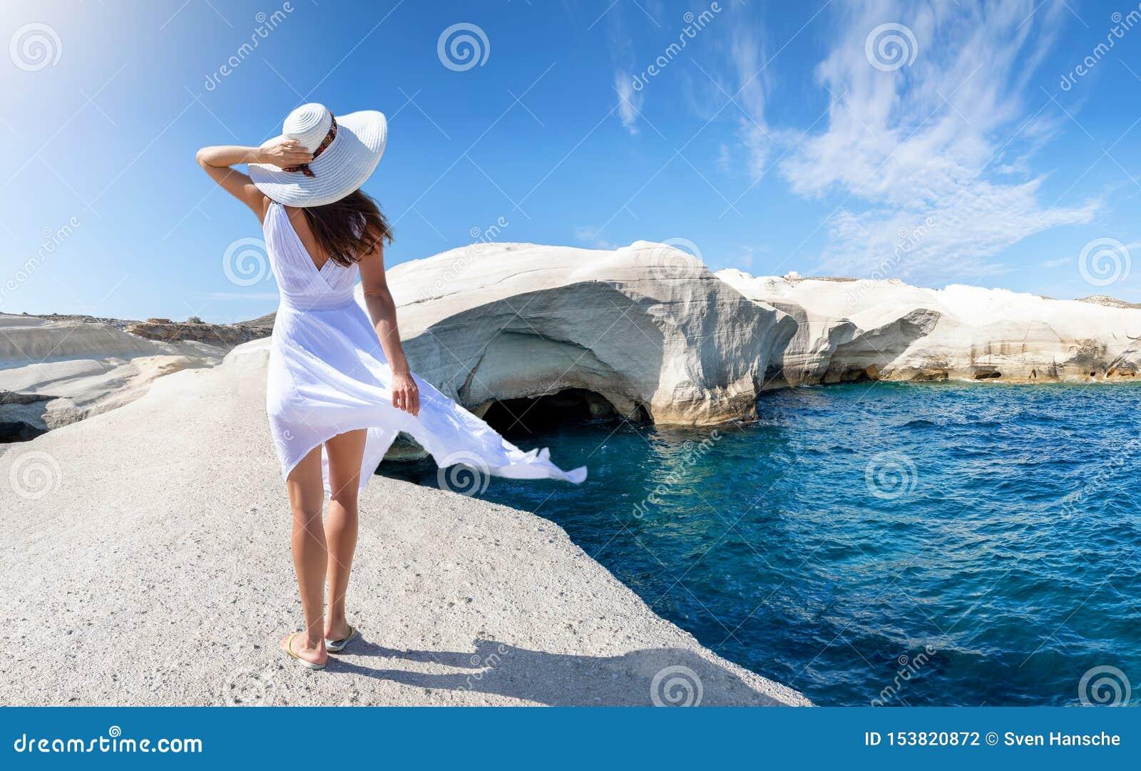 Frau geht auf Sarakiniko, auf der Insel von Milos, die Kykladen, Griechenland