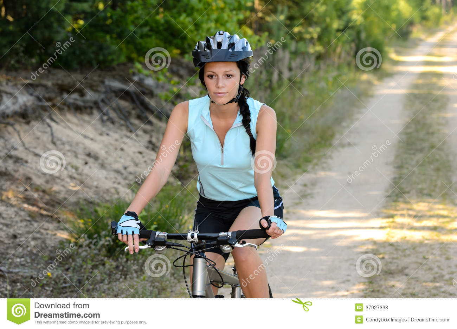Frau genießen das entspannende Gebirgsradfahren