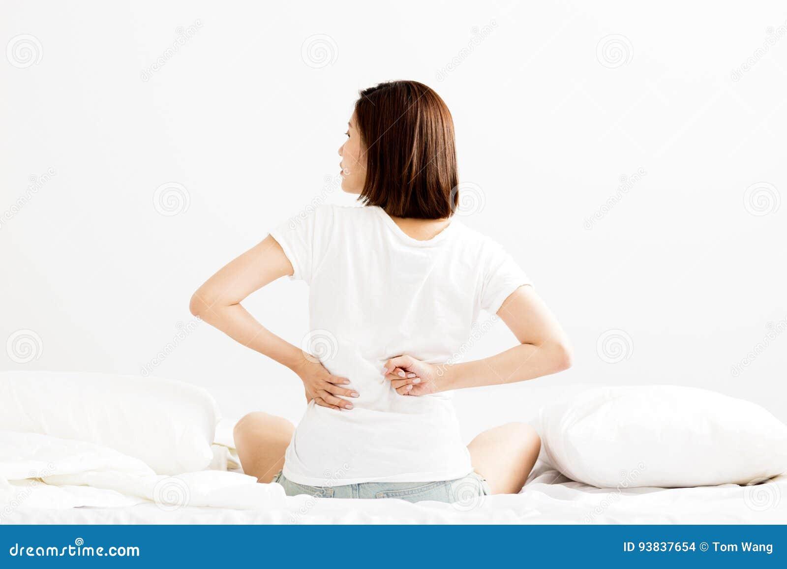 Frau Haben Rückenschmerzen Auf Weißem Bett Stockfoto - Bild von ...