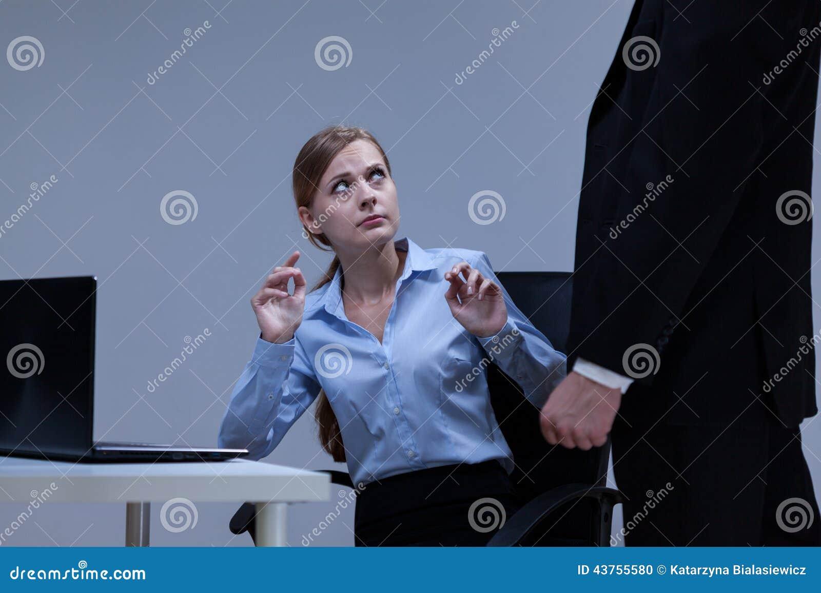 Frau hat angst vor treffen