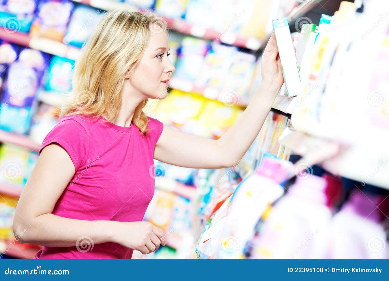 Frau am Haushaltschemieeinkaufen