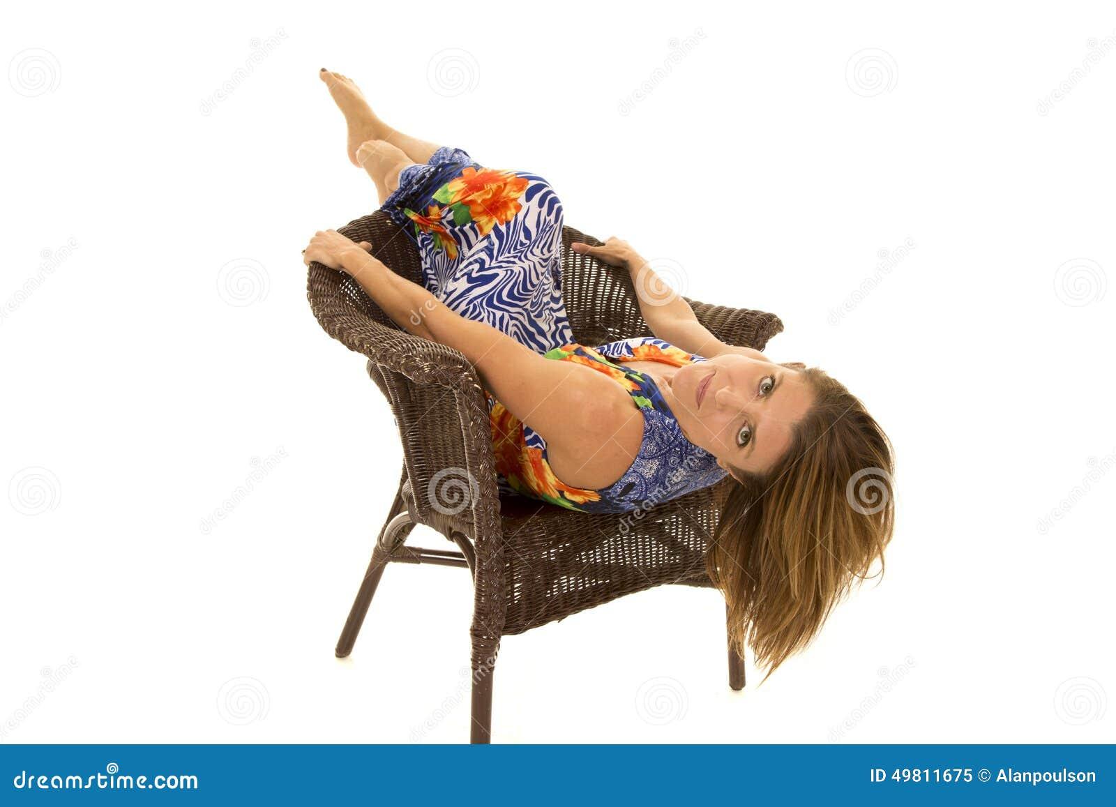 Frau in hawaiin Kleid legen zurück in Stuhl