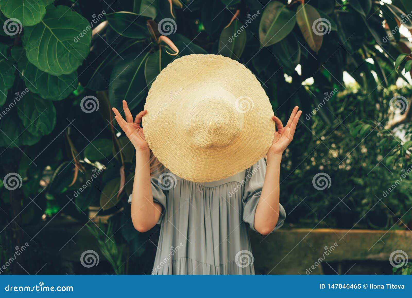 Frau hinter dem Hut in den Tropen