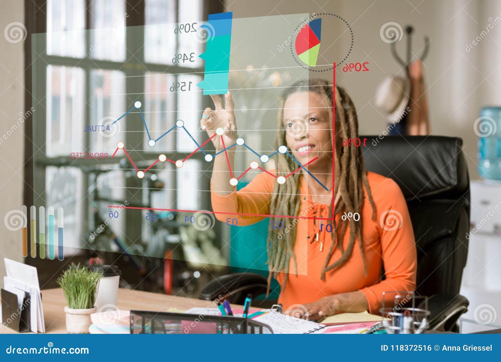 Frau in ihren Büro-zugreifenden Informationen von einem futuristischen Fina