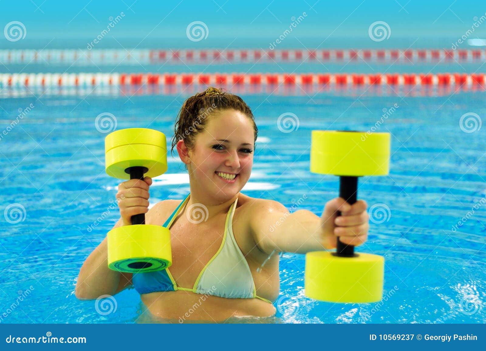 Frau im Aqua aerob
