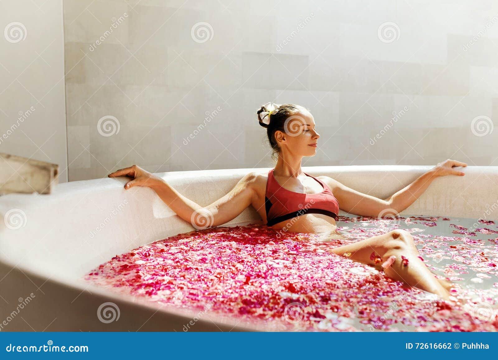 Frau Im Blumen-Bad Am Tagesbadekurort-Salon Stockfoto