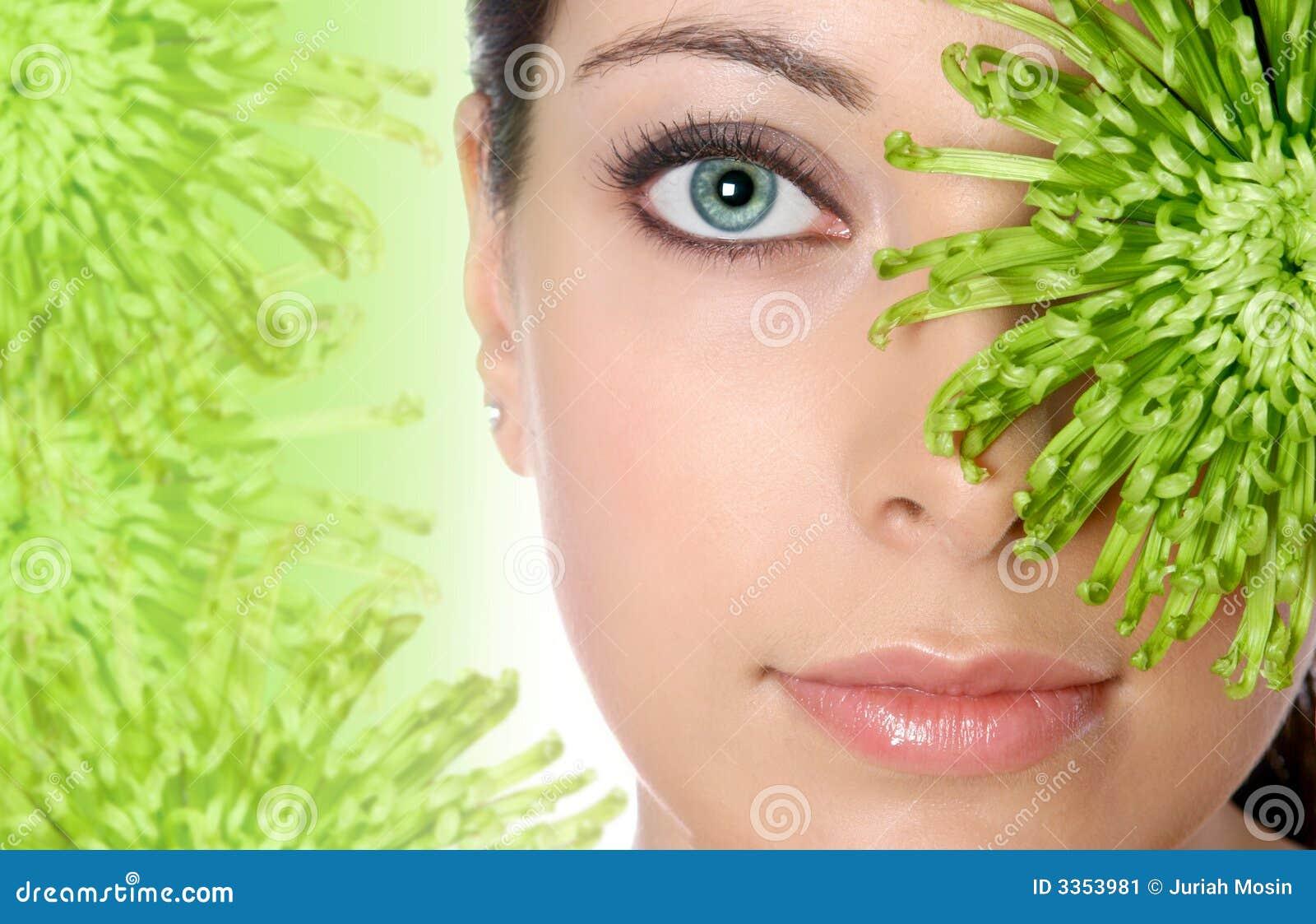 Frau im grünen Badekurort