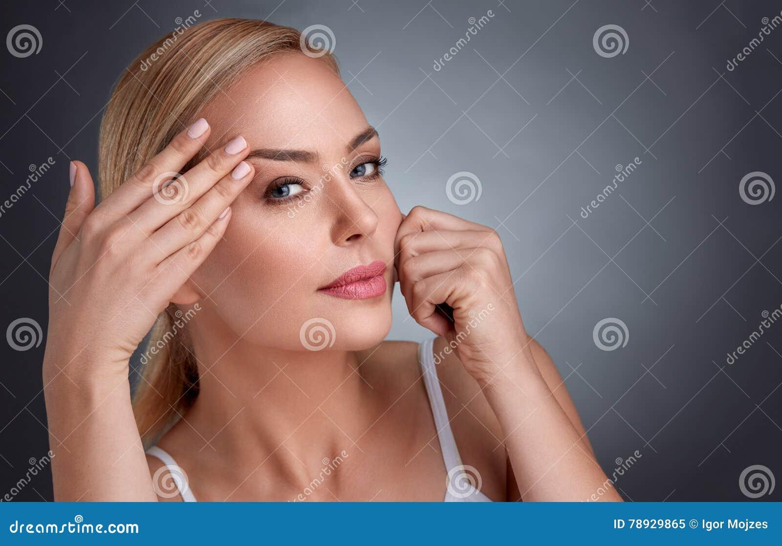 Frau im Kampf mit Altern stockbild. Bild von skincare..