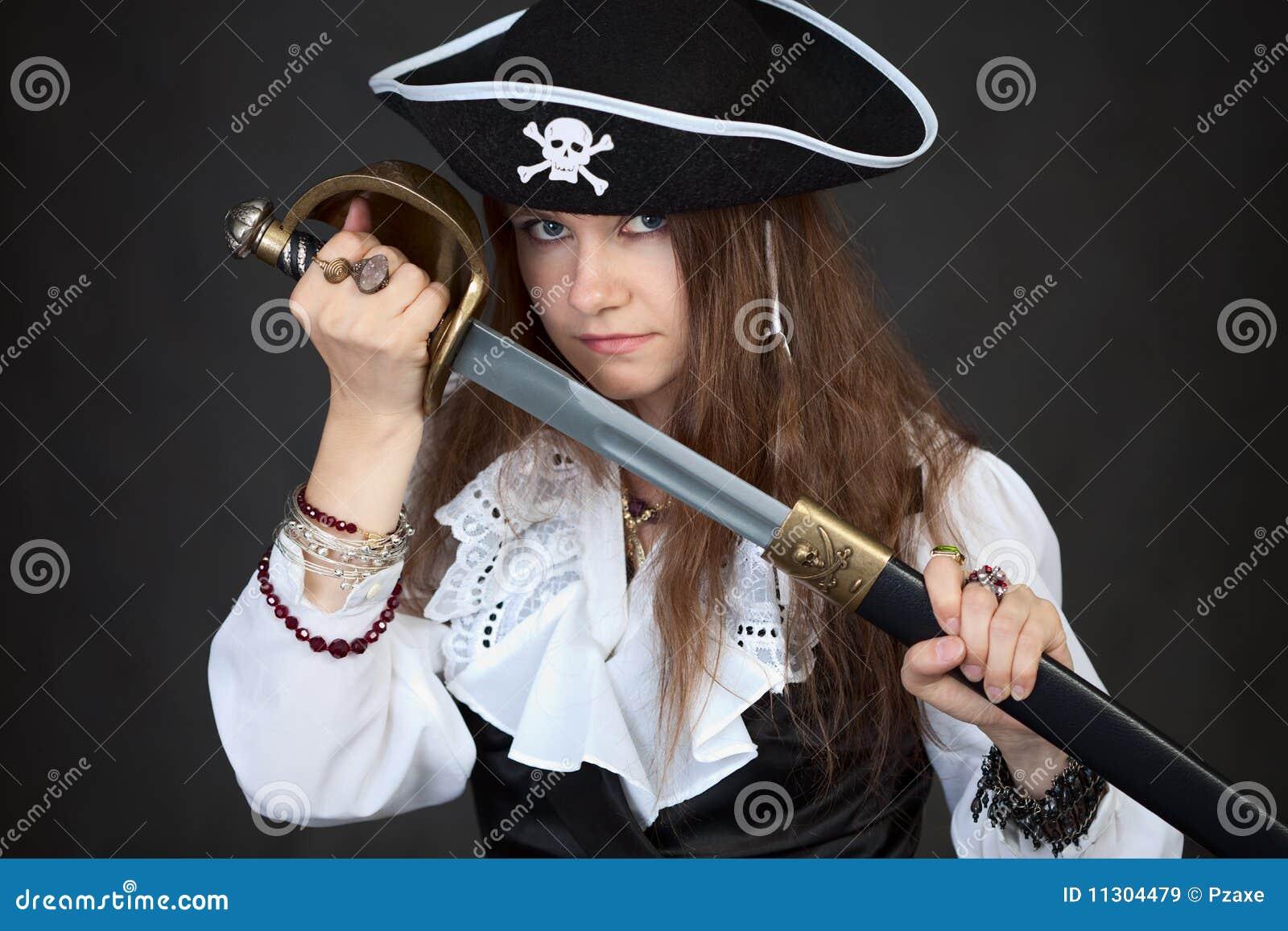 Frau im Piratenhut mit Säbel in den Händen