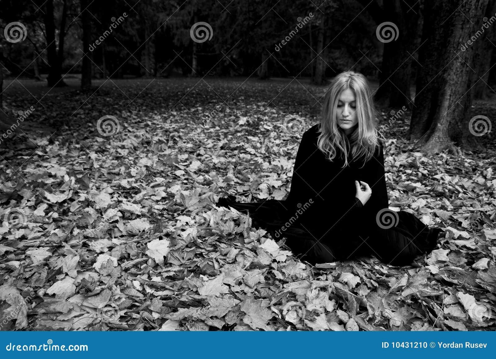 Frau im schwarzen Umhang