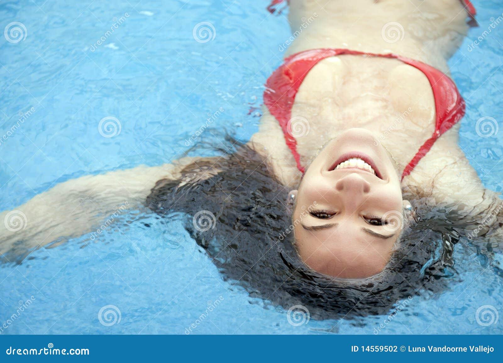 Frau im Swimmingpool