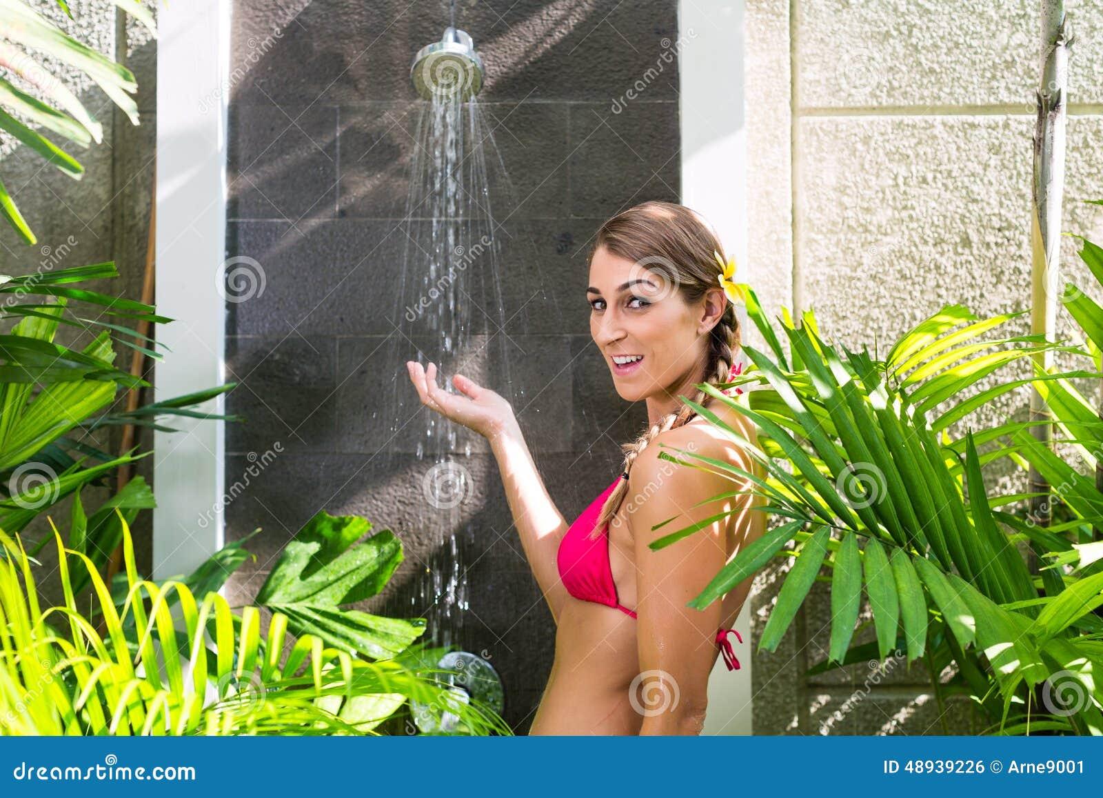 nackt duschen im garten
