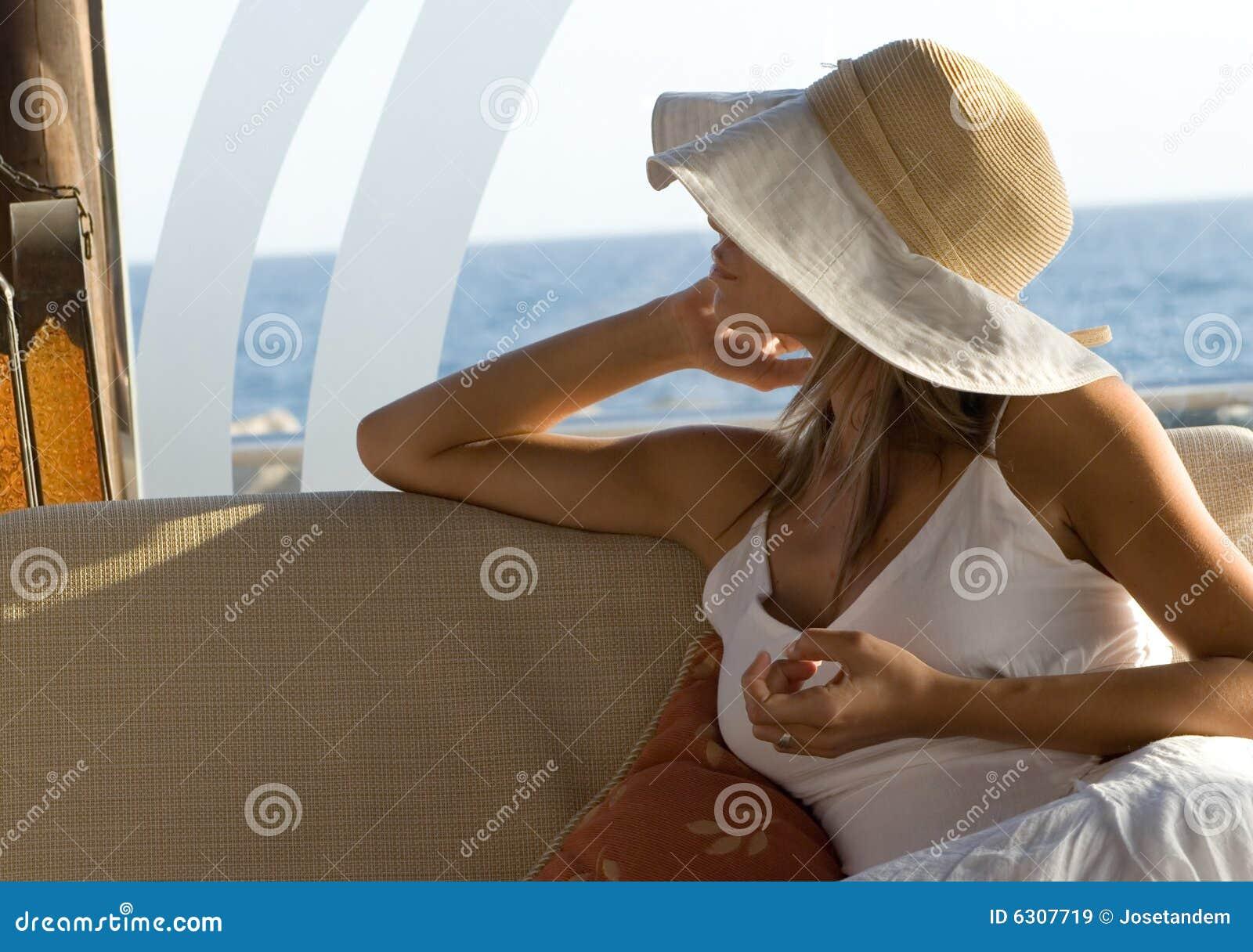 Frau im Weiß mit Hut