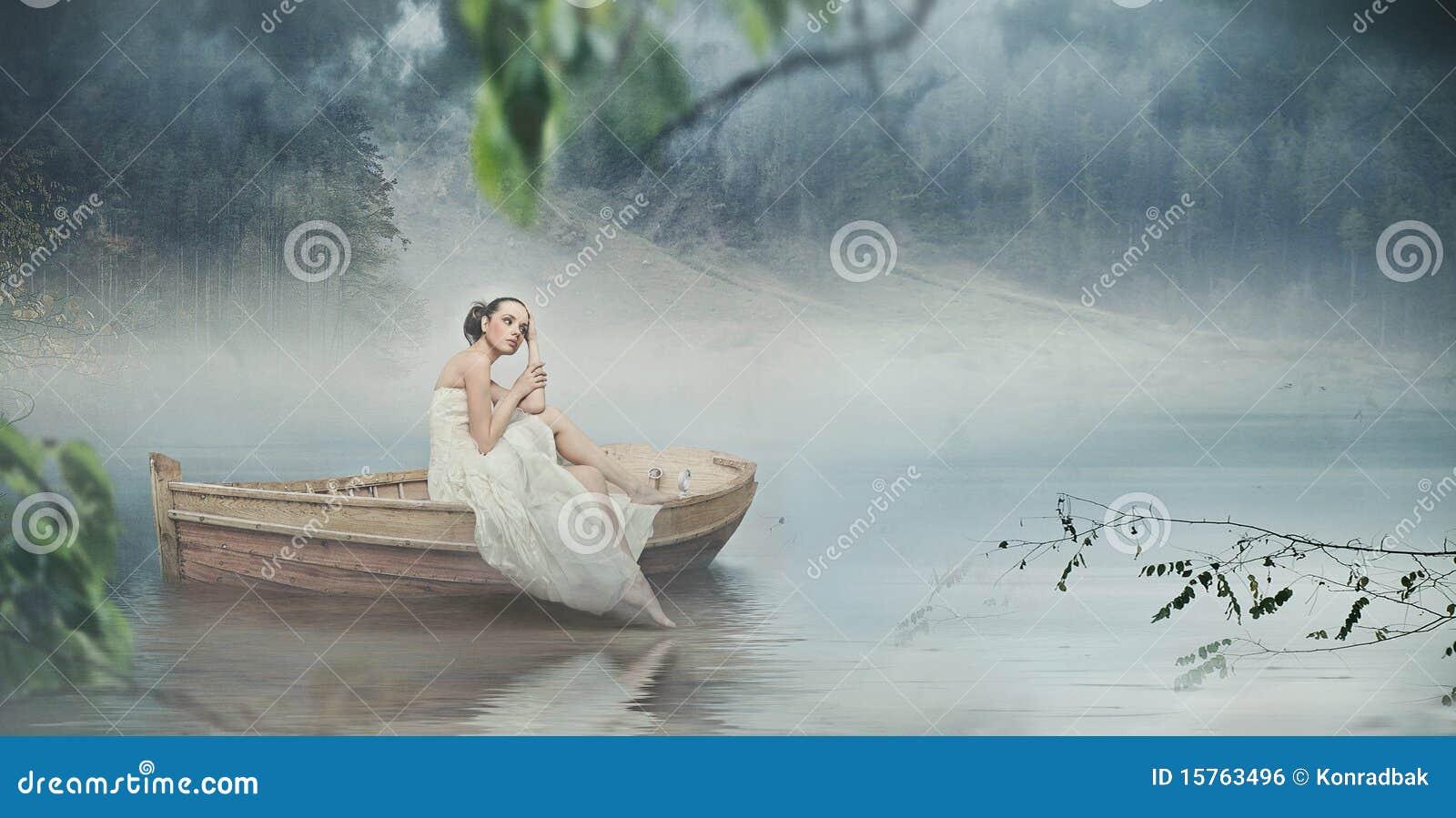 Frau im Weiß und im romantischen Platz
