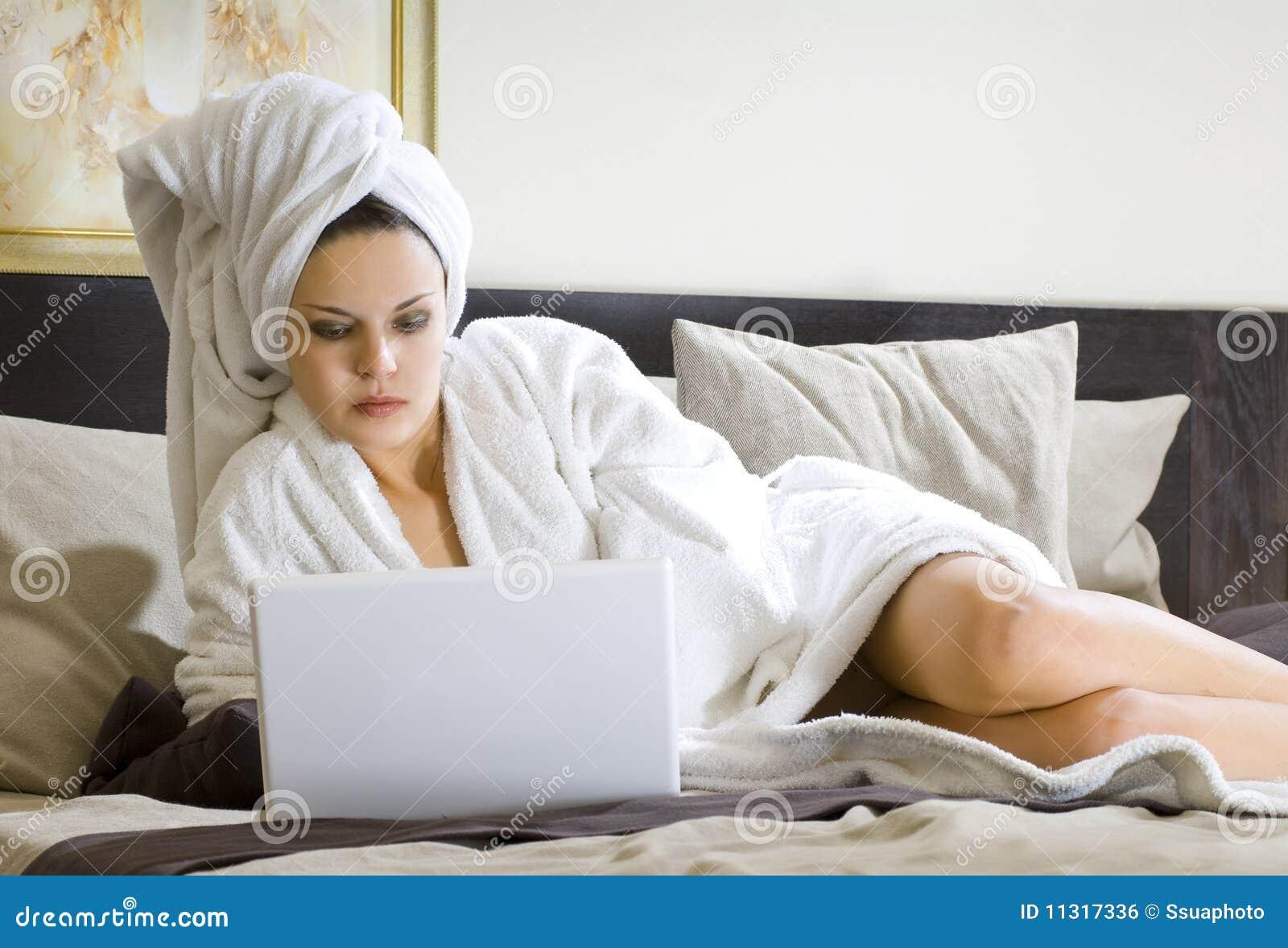 Frau im weißen Bademantel