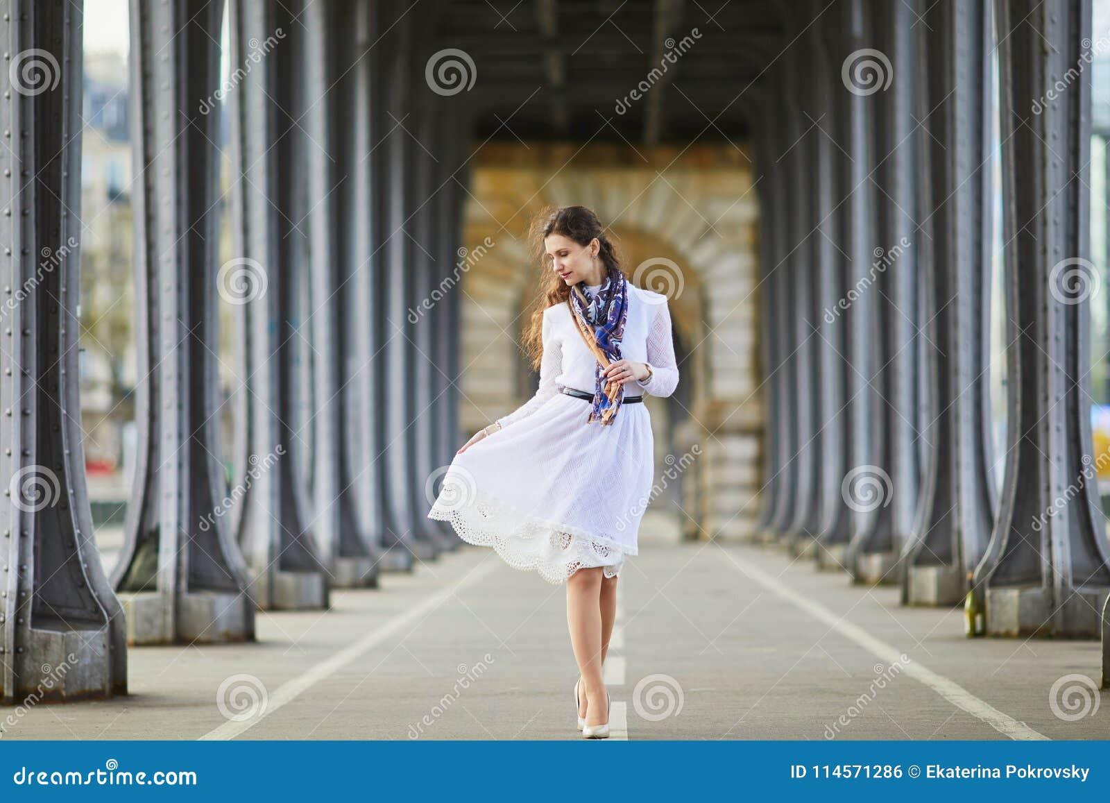 Frau Im Weißen Kleid Auf Brücke Bir Hakeim In Paris, Frankreich ...