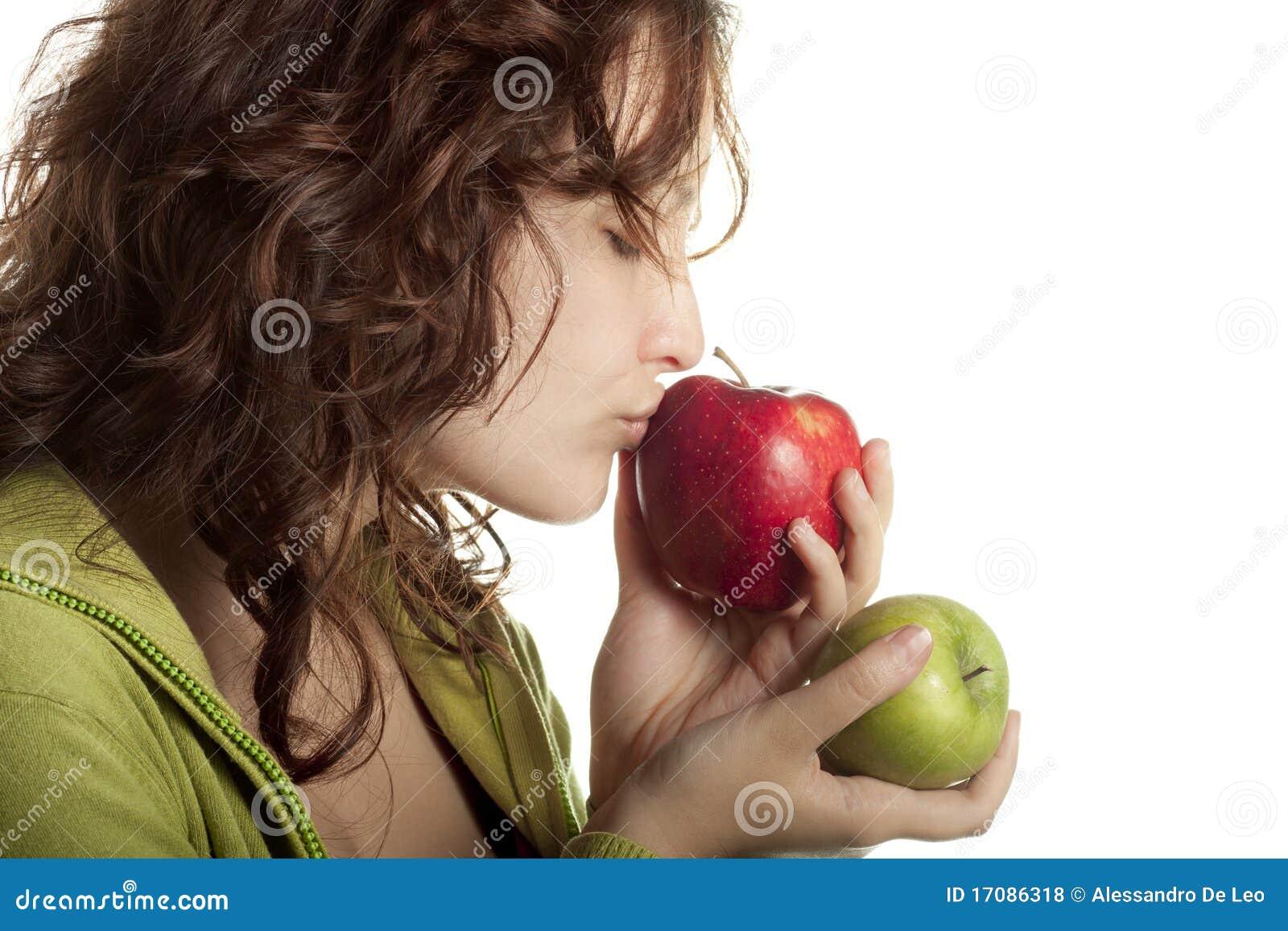 Frau küssender roter Apple