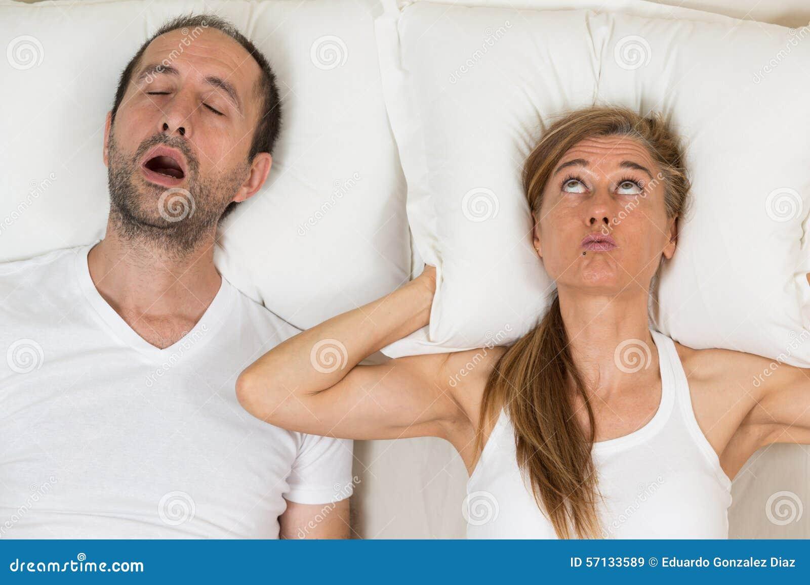 Frau kann nicht schlafen stockbild. Bild von ohren, haupt