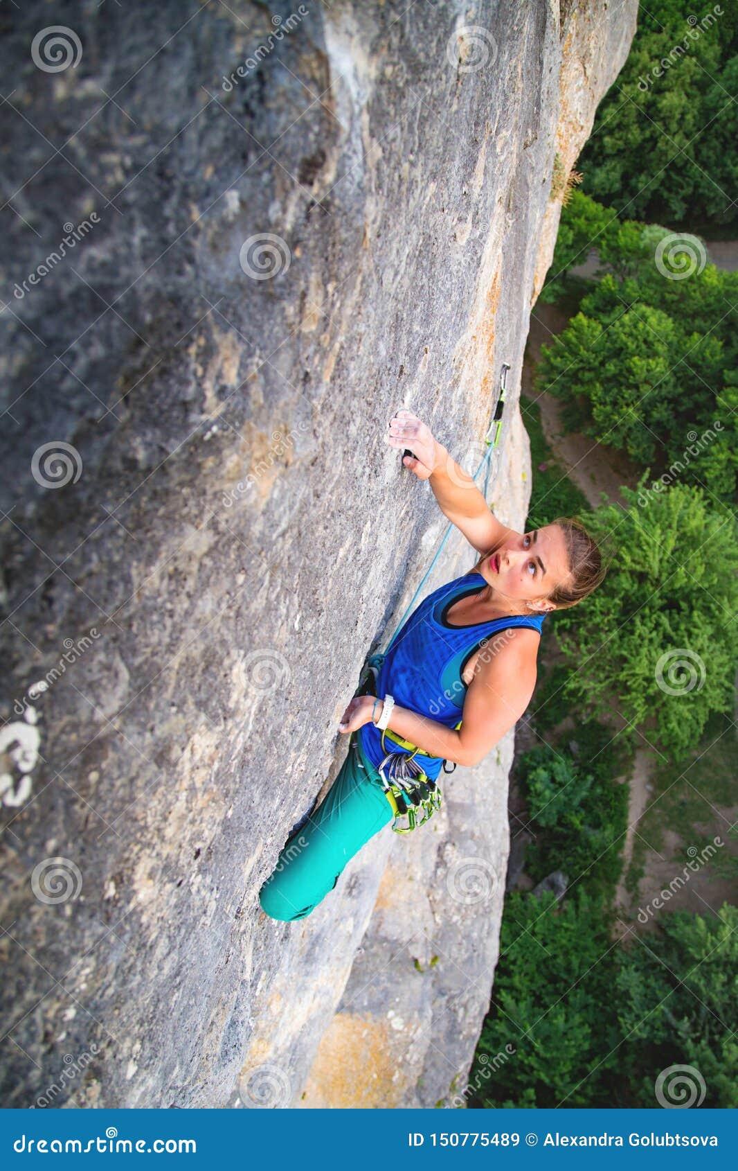 Frau klettert Felsen
