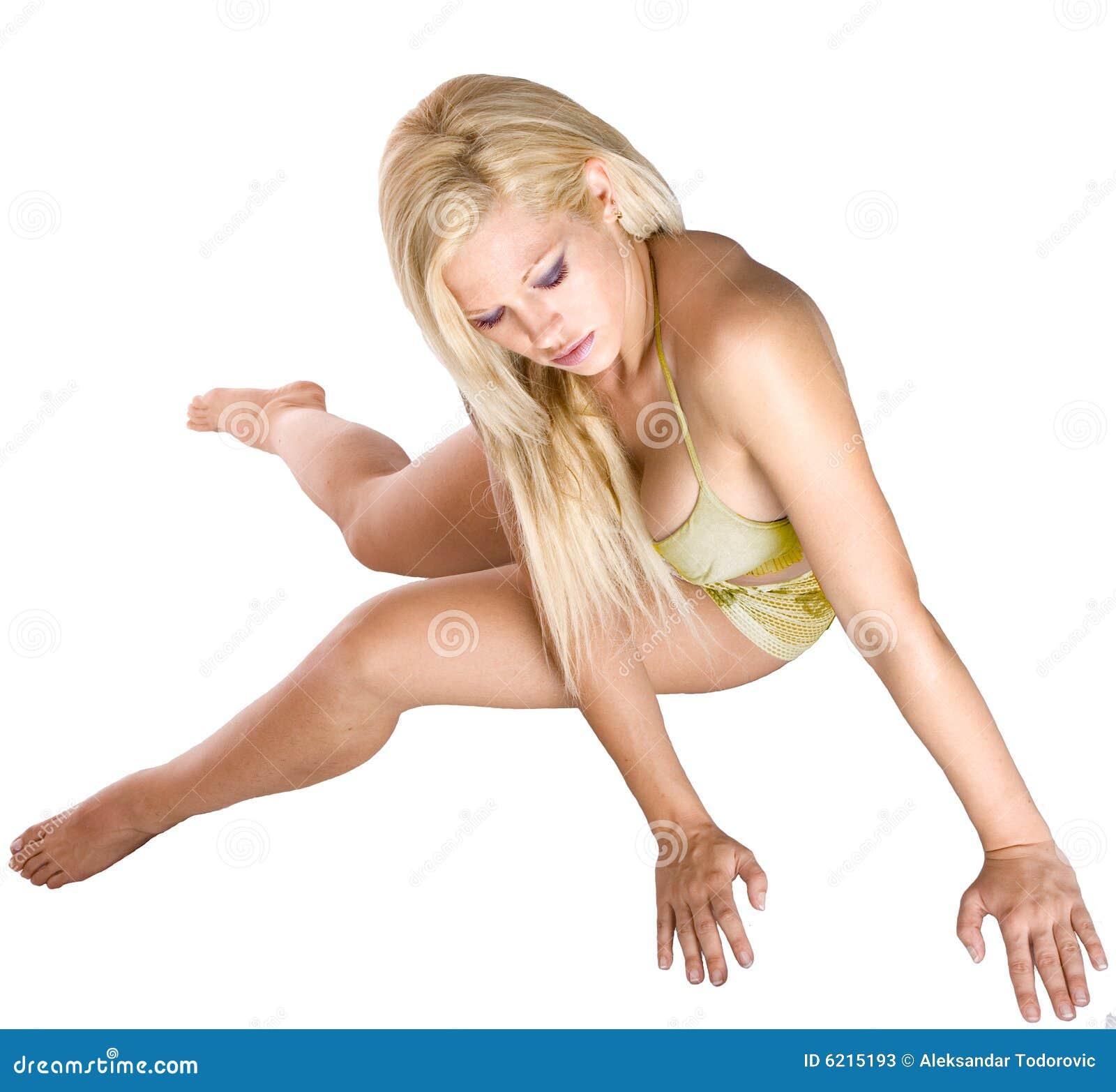 Frau liegt auf einem Fußboden