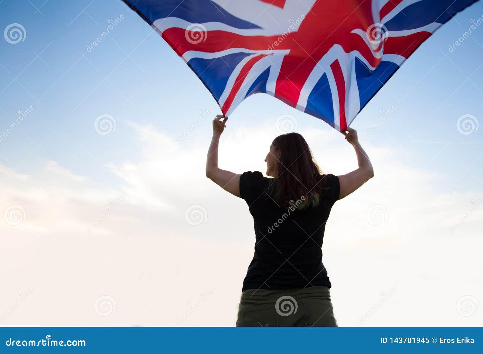 Frau in London mit einer Flagge